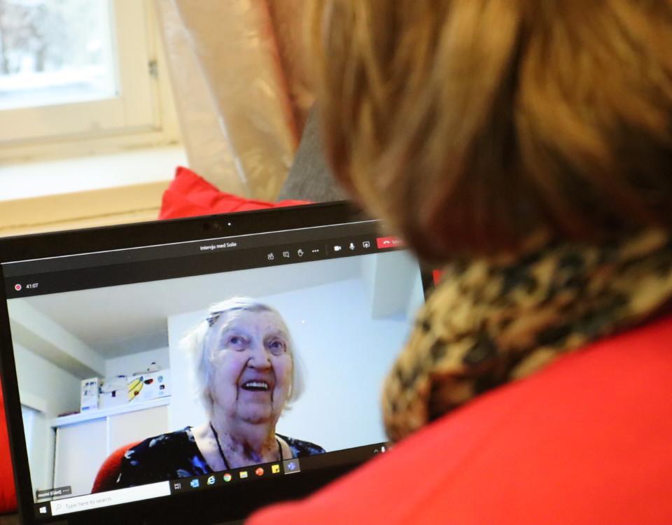 äldre kvinna syns i datorskärm