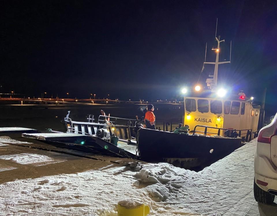 en förbindelsebåt på vintern