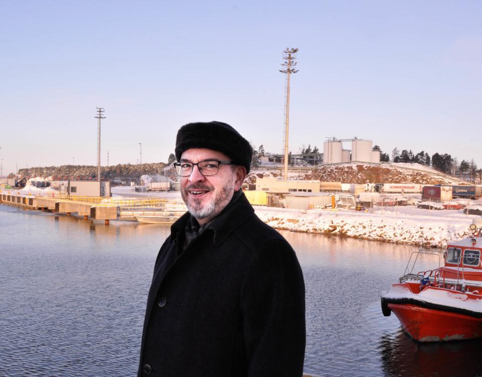 En leende man i en hamn