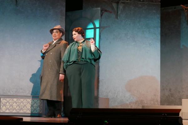 två personer på en scen