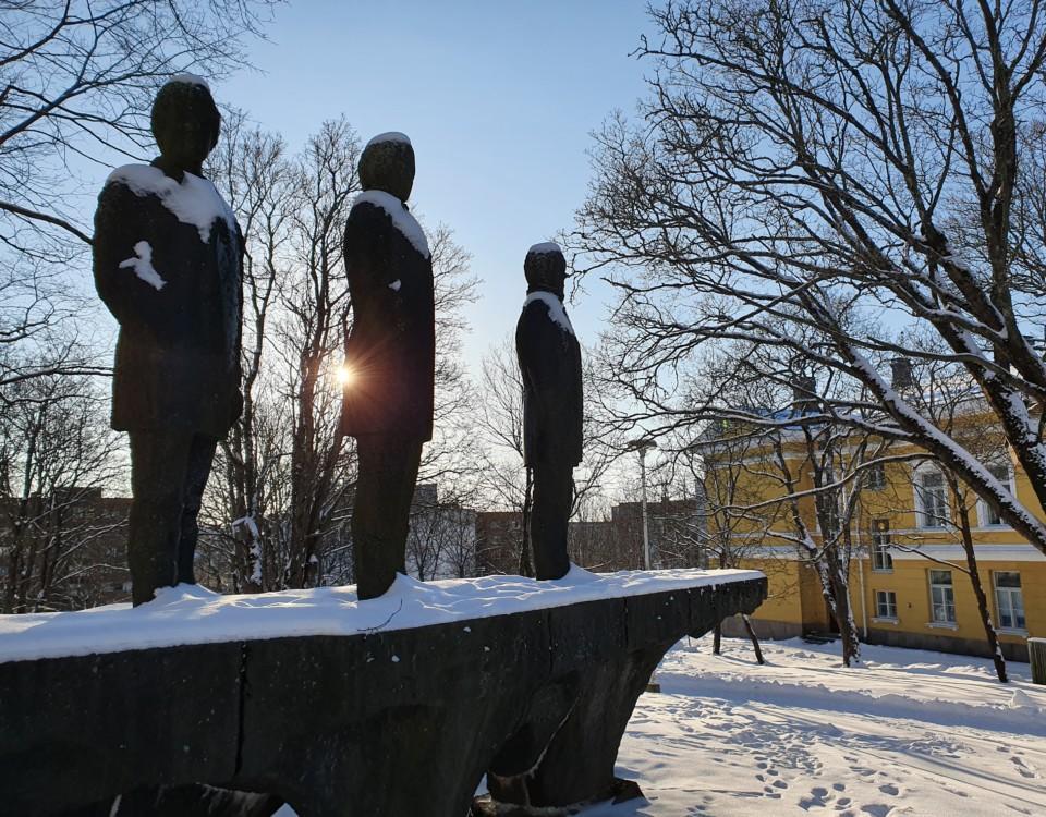 Staty av tre män.