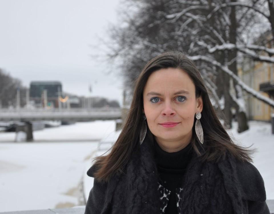 Kvinna står vid vintrig åmiljö