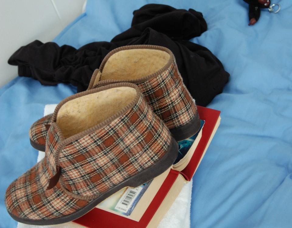 ett par skor på en säng