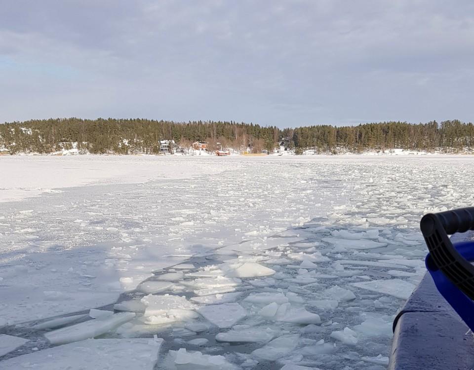 ett fartyg tar sig igenom isen
