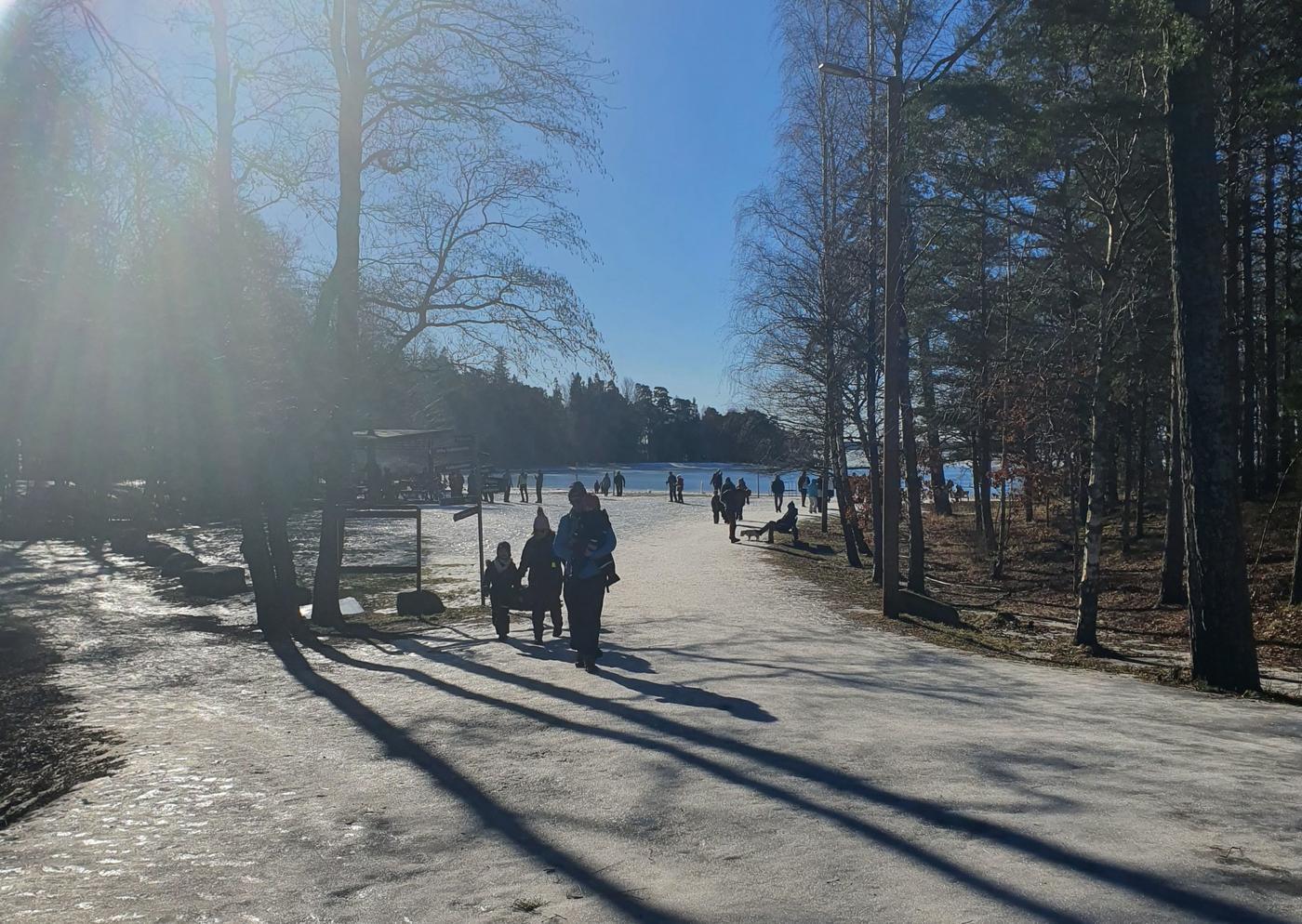 Många människor på en snöig strand.