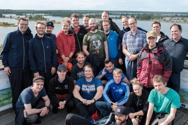 Sportigt klädda personer i utkikstorn