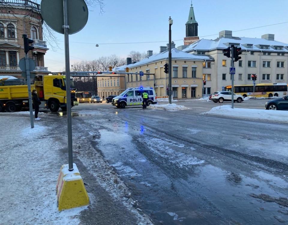en stor vattenpöl på isig gatan
