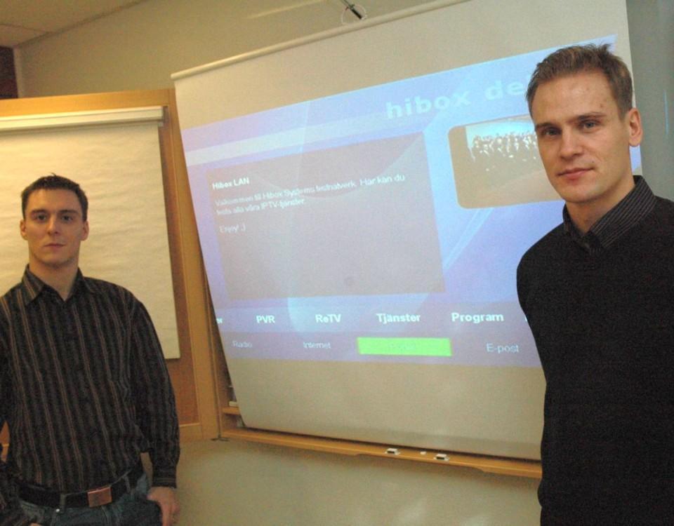 Två män vid projektorskärm
