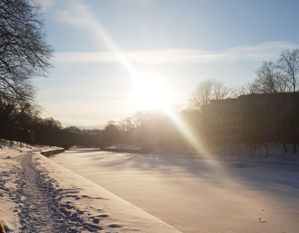 is och snö på en å