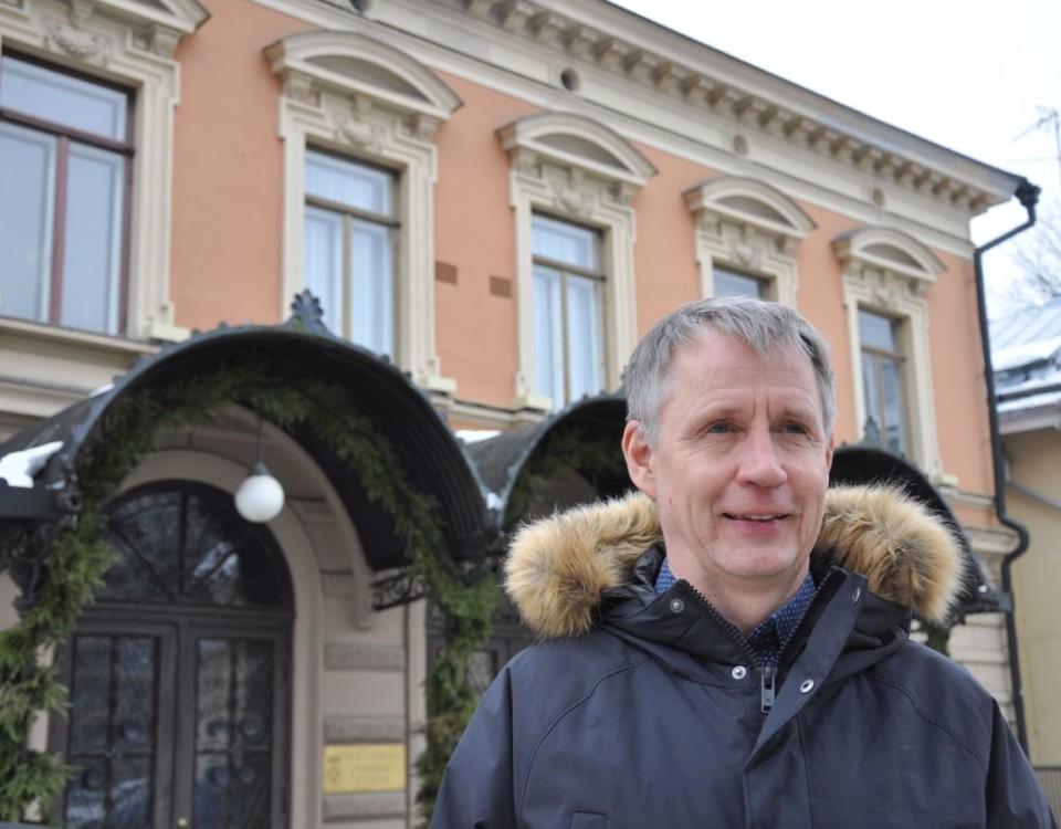 Man står framför stadshuset i Åbo