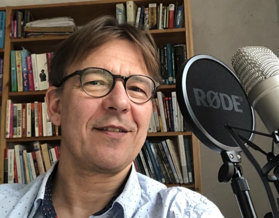 En man bakom en mikrofon