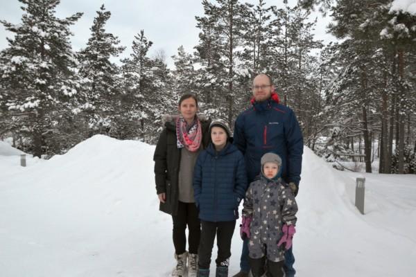 en familj i vintervädret