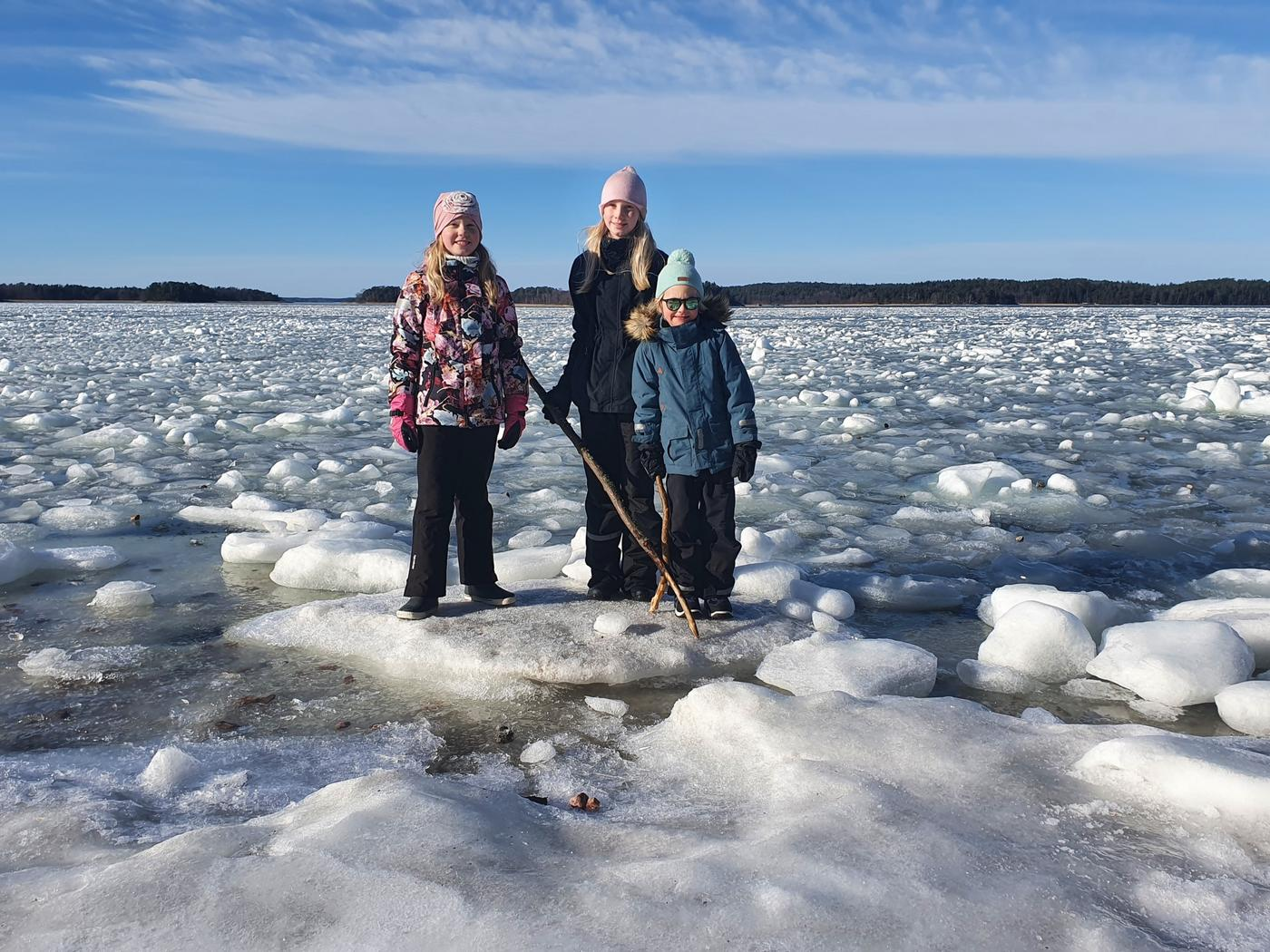 Tre barn på isen.