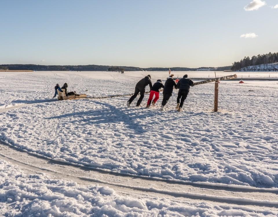 barn åker en slängkälke på isen