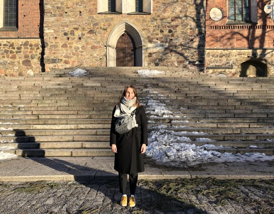 Kvinna soutanför Domkyrkan. m står