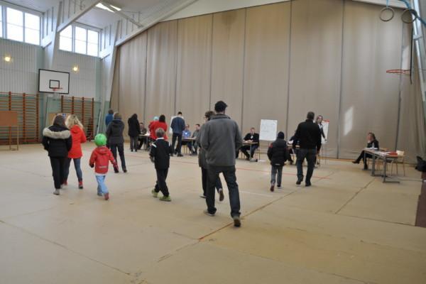 en vallokal med röstare och funktionärer