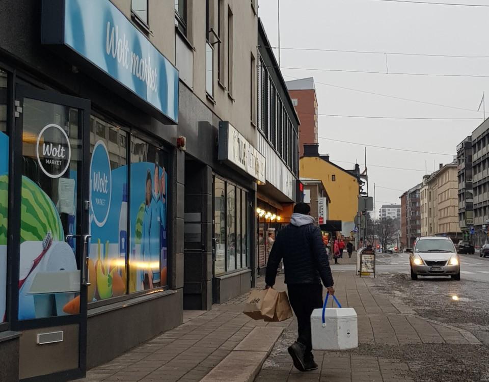 en man med en matbox på en gata