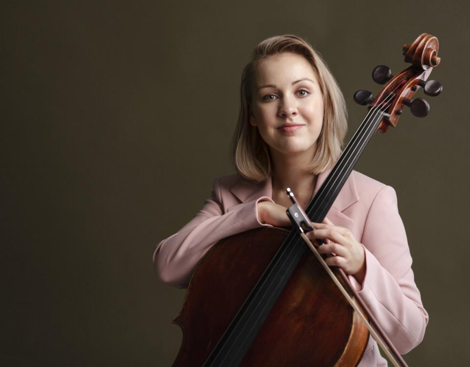 Profilbild på Rummukainen med sin cello.