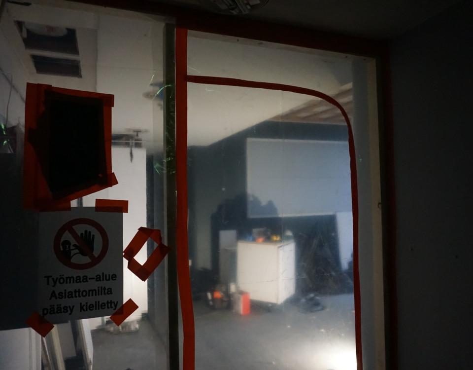en plastdörr och en tillträde förbjudet-skylt, framför en saneringsarbete