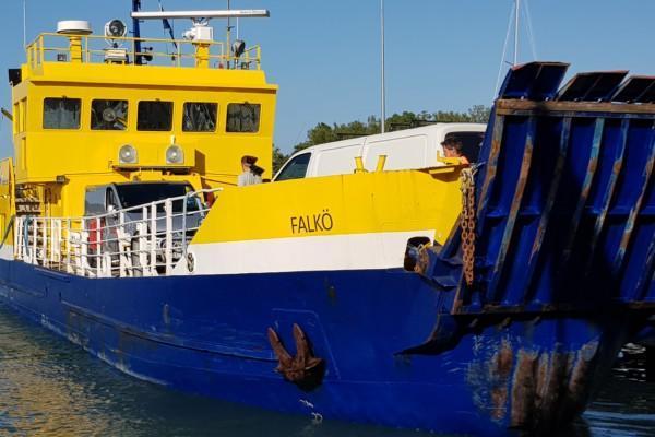 förbindelsebåt målad i gult och hbött