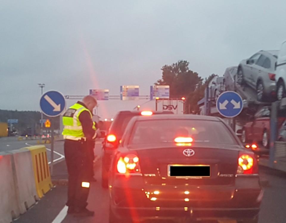 en polis kollar en bil