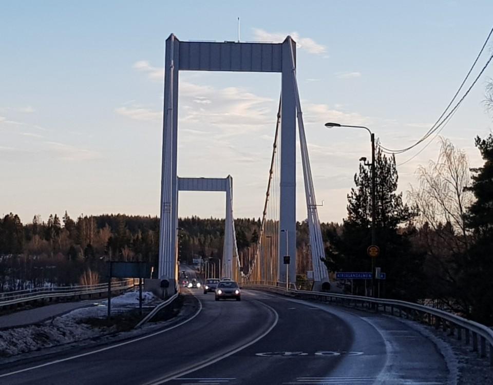 bro i kvällsljus