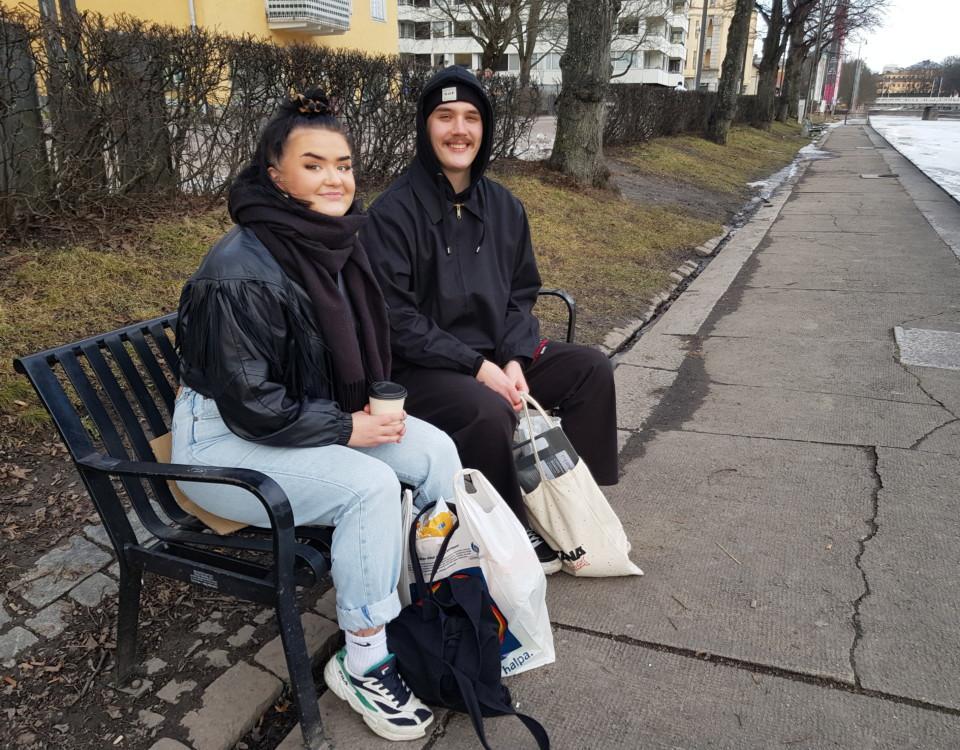 två ungdomar på en bänk