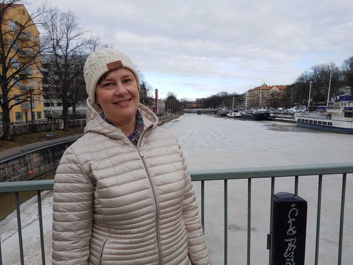 en dam i vit mössa på en bro