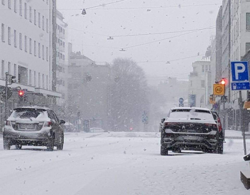 snön yr på en gata