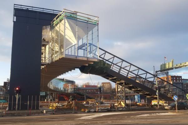 en stor fin bro i glas