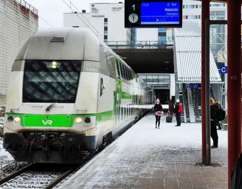 Tåget på väg in på perrongen i Kuppis.