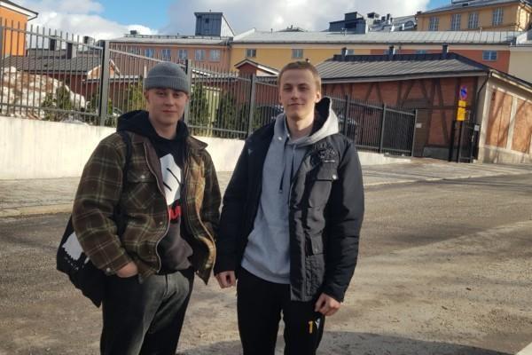 två killar på en gata