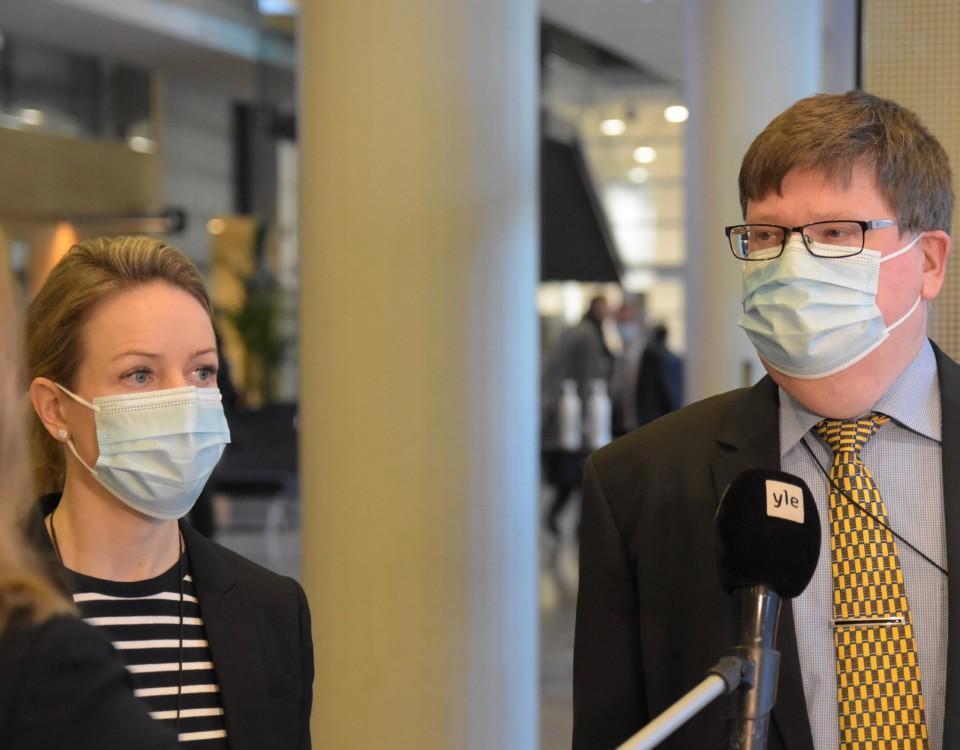 en kvinna och en man i munsykdd
