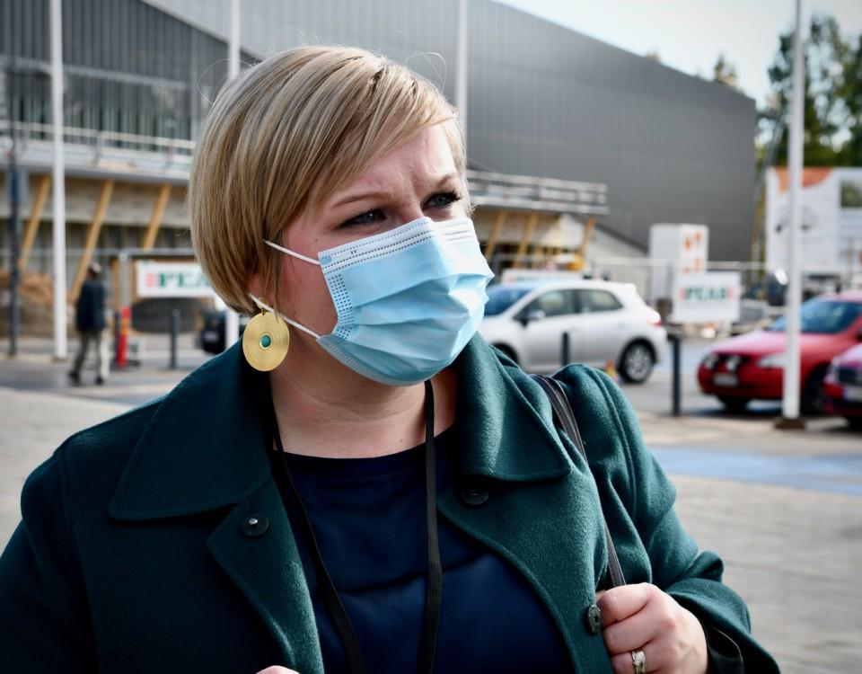 en kvinna i munskydd