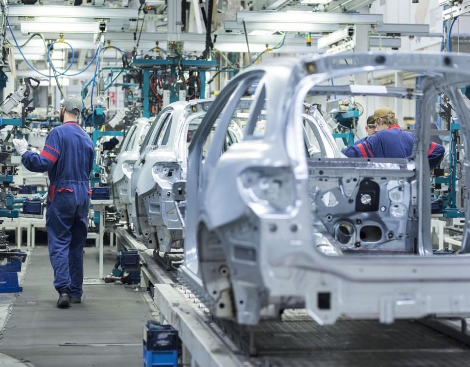 en produktionslinje vid en bilfabrik