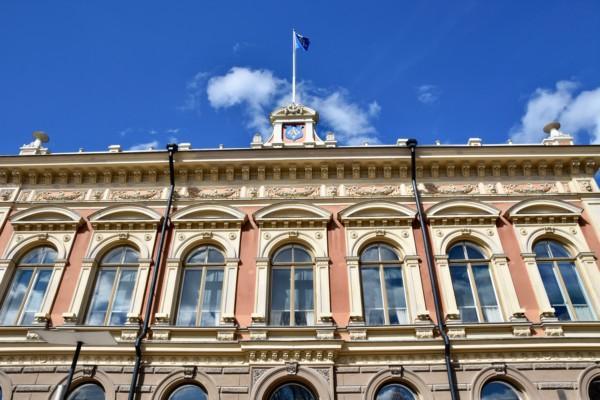 ett fint, stort hus och blå himmel