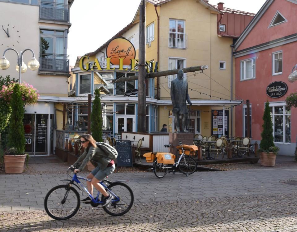 ett hus, en cyklist och en gata