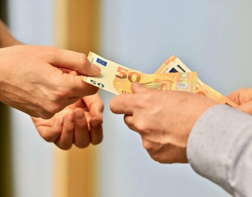 kontanter som räcks över mellan två personer