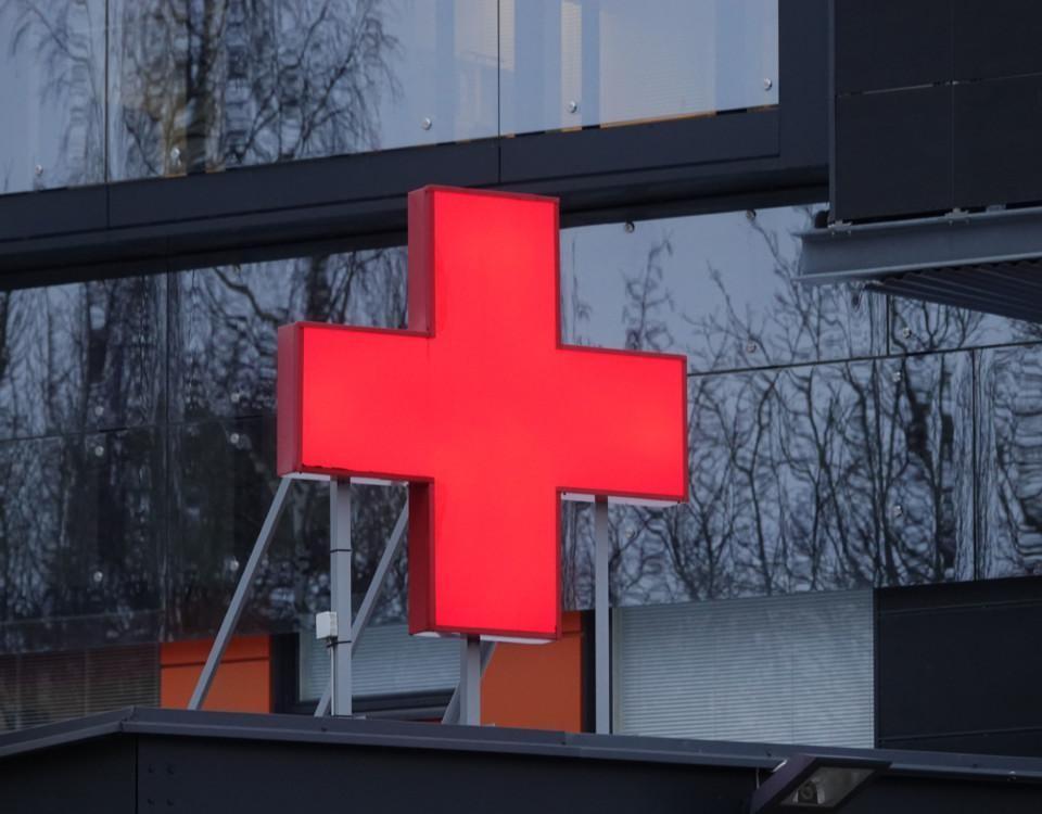 Rött kors i ett fönster.