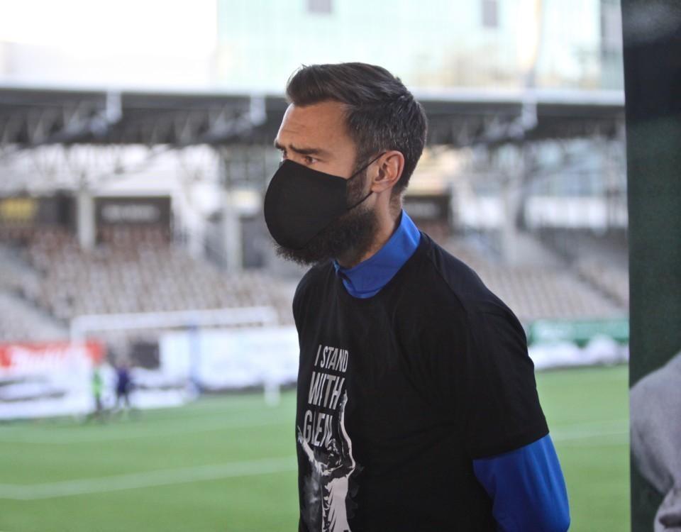 fotbollsspelare i munskydd
