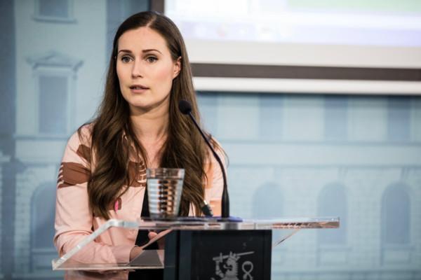 en kvinna står vid ett presspodium