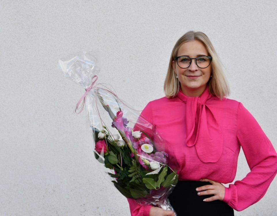en kvinna med en blombukett