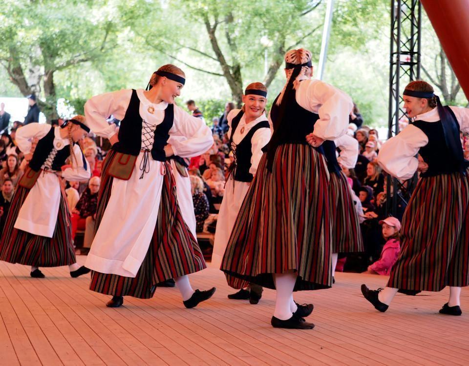 Folkdansare som dansar.