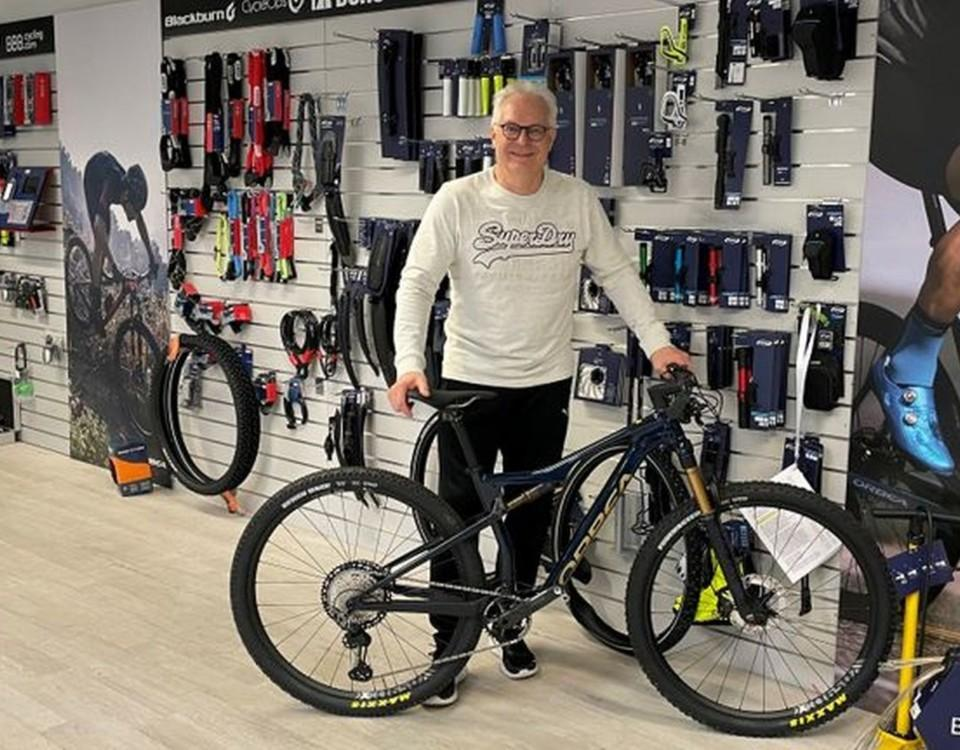 en man bakom en cykel