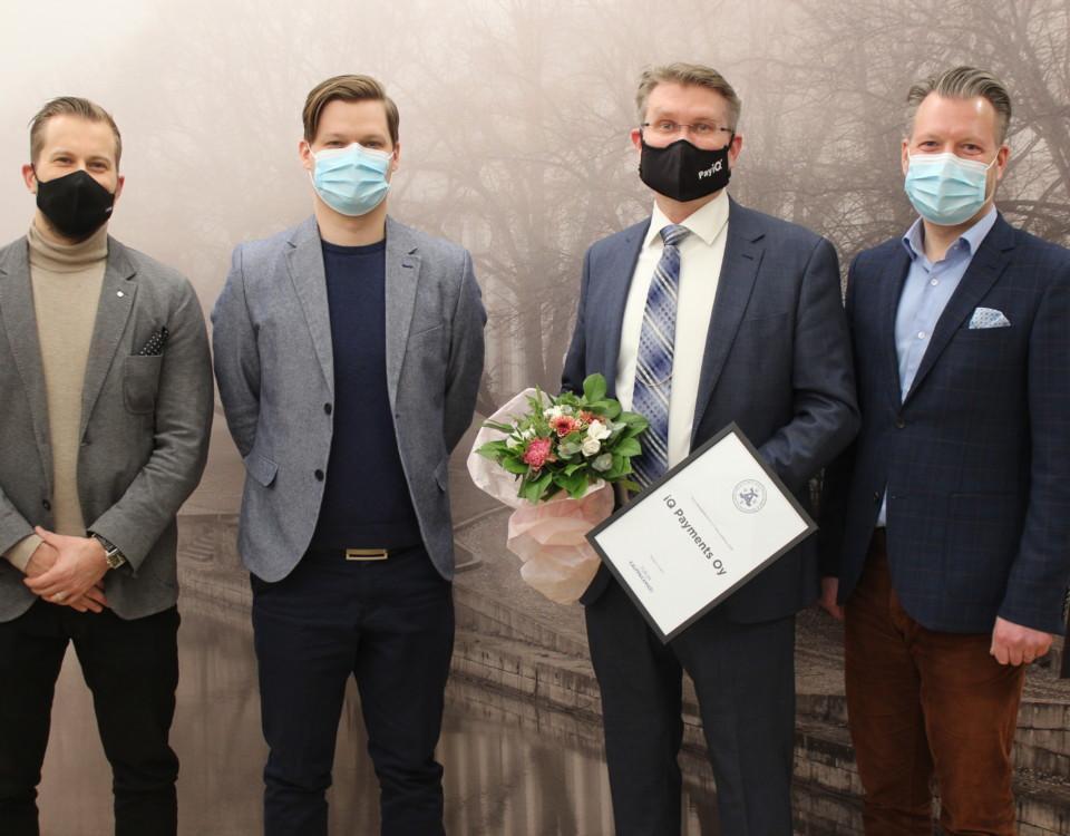Fyra män i kavaj och munskydd.