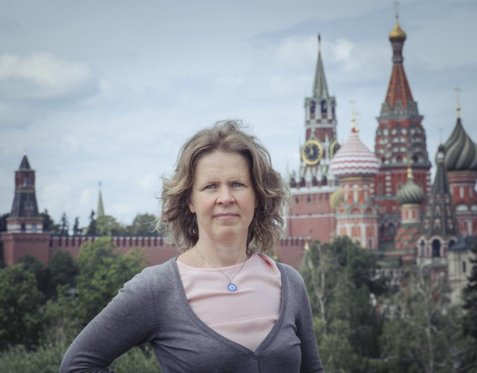 Anna-Lena Laurén framför Wikipedia Vasilijkatedralen i Moskva.