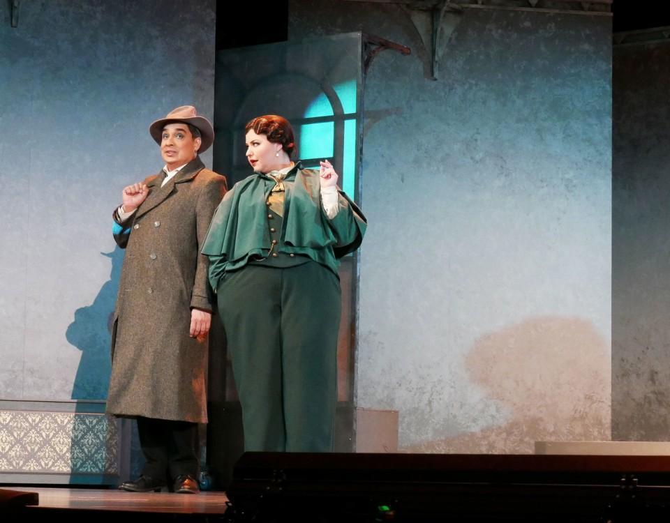 Jerry Wahlfors och Daniela Franzell som Sherlock Holmes och Watson.