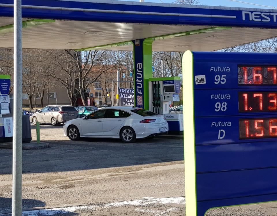 skylt med bensinpriser vid en bensinstation