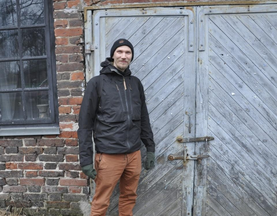 Man vid en gammal byggnad