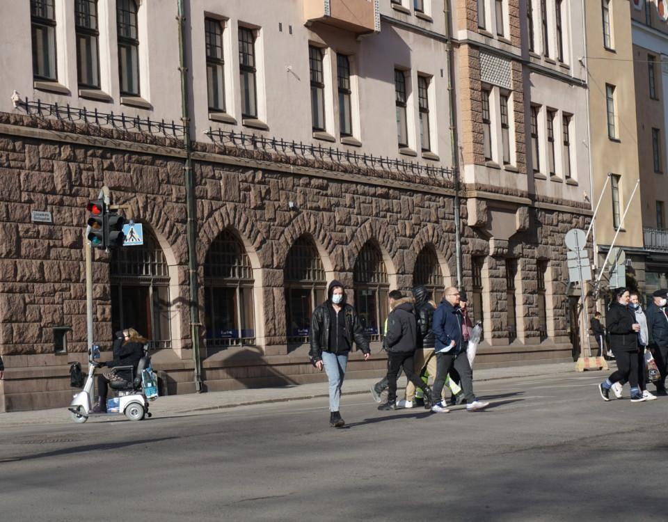 Folk korsar en gata.